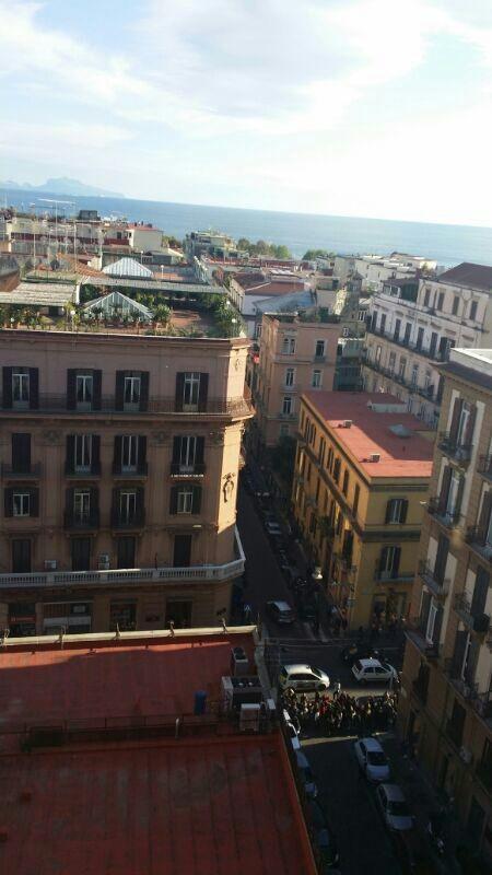suggestiva foto di via dei Mille vista dall'alto. Evidente la fila del PAN